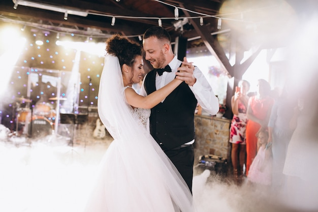 Para ślub taniec ich pierwszy taniec