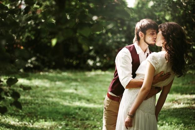 Para ślub taniec w parku