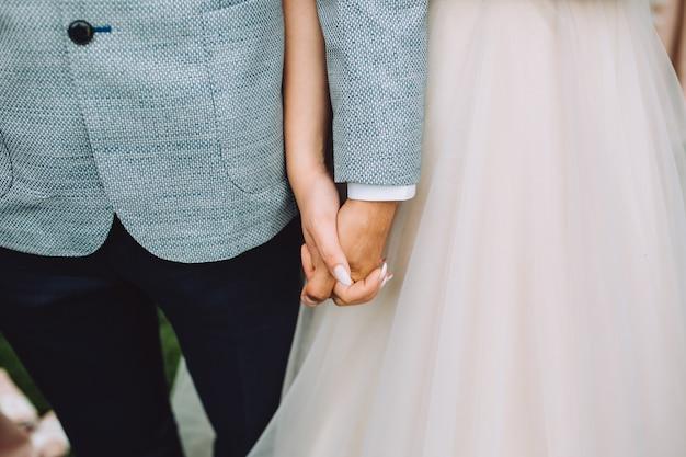 Para ślub trzymając się za ręce.
