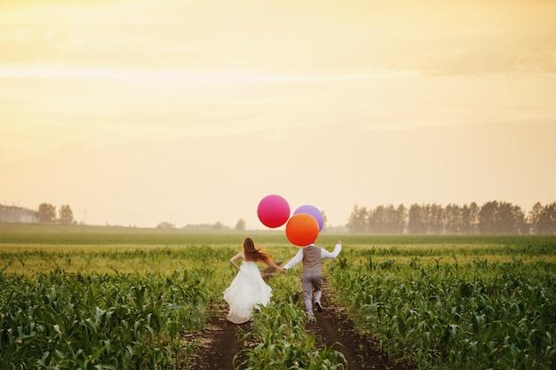 Para ślub ucieka na polu