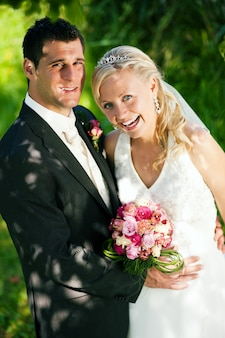 Para ślub w romantycznym otoczeniu