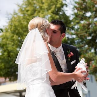 Para ślub z gołębica w ręku