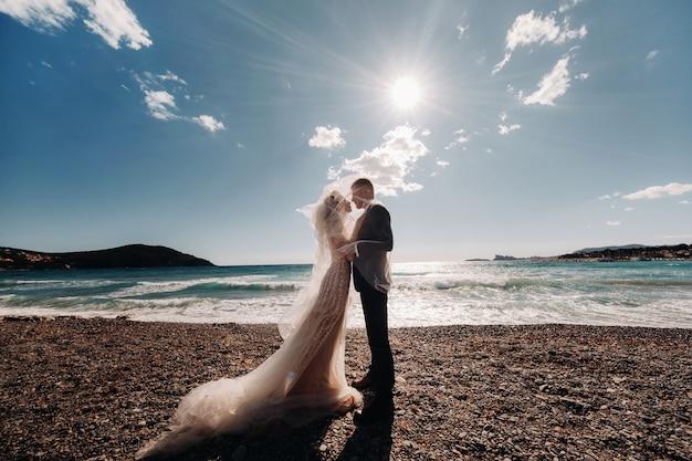 Para ślubna na riwierze francuskiej, ślub w prowansji, pan młody we francji.