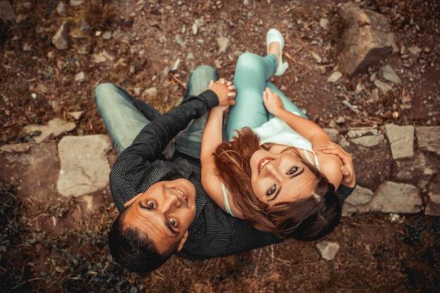 Para ślubna pozuje razem w naturze