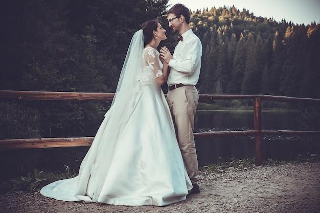 Para ślubna w pobliżu karpat