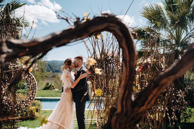 Para ślubna w pobliżu willi we francji. ślub w prowansji