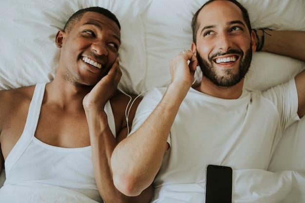 Para słucha muzyka w łóżku
