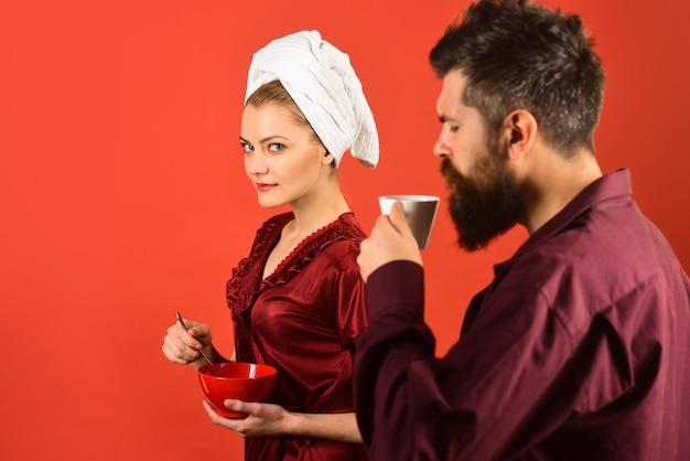 Para śniadaniowa kawa rano para jedząca śniadanie mąż i żona jedzą razem śniadanie?