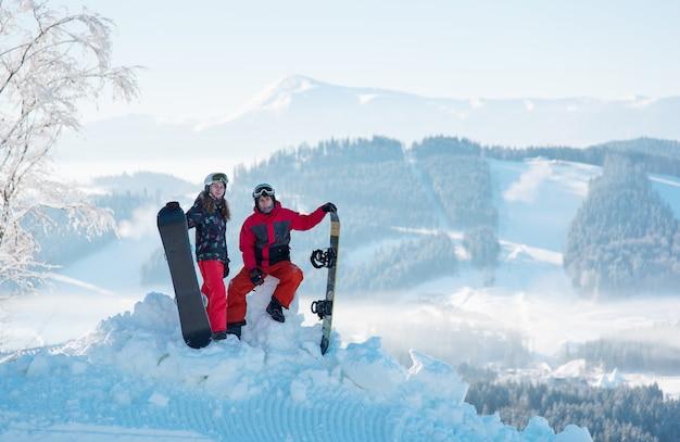 Para snowboardzistów na szczycie góry