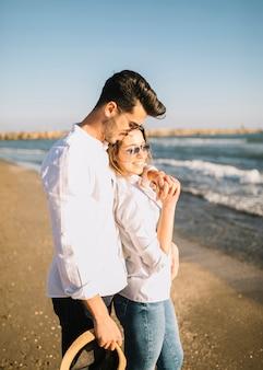 Para spacerująca na plaży
