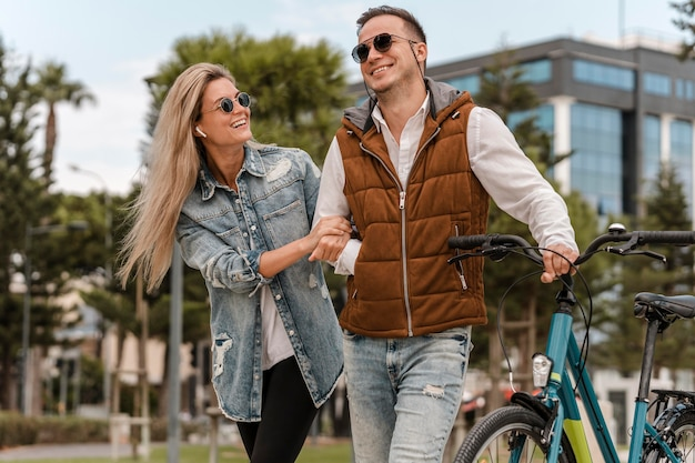 Para spacerująca z rowerem obok nich