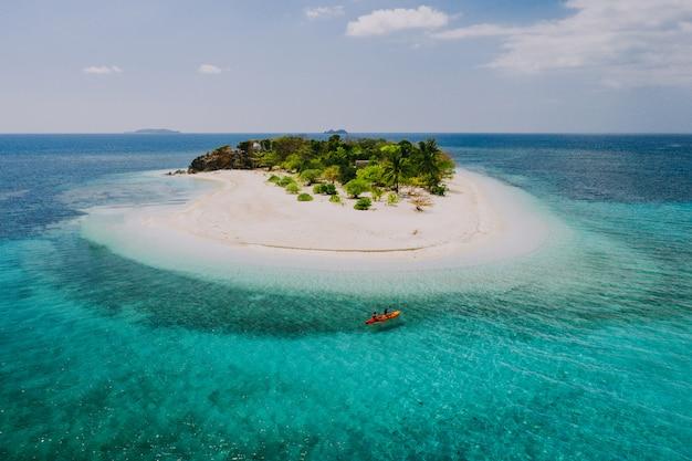 Para spędza czas na pięknej odległej tropikalnej wyspie na filipinach. pojęcie o wakacjach i stylu życia. spływy kajakowe i robienie aktywności