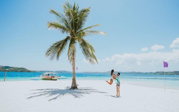 Para spędza czas na pięknej odległej tropikalnej wyspie na filipinach. pojęcie o wakacjach i stylu życia.