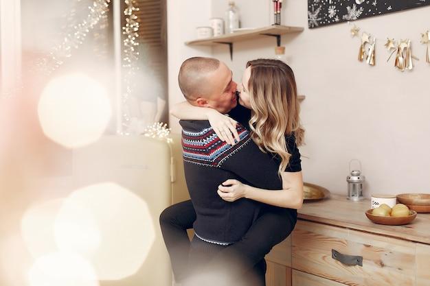 Para spędza czas w domu przy świątecznych dekoracjach