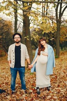 Para spędza czas w jesiennym parku