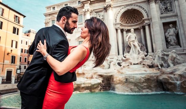 Para spędza romantyczny czas przy fontannie di trevi