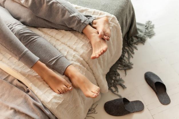 Para śpi na łóżku