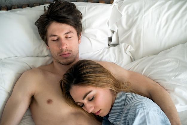 Para śpi w domu