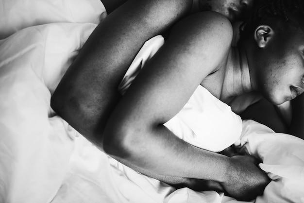 Para śpiąca mocno razem