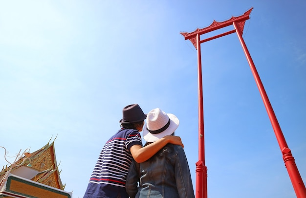 Para spoglądająca w górę na niesamowitą gigantyczną huśtawkę historyczna huśtawka z drewna tekowego, dawniej używana podczas starej ceremonii w bangkoku w tajlandii