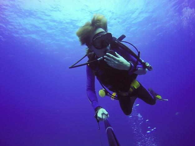 Para sportowa kamera latem pływać