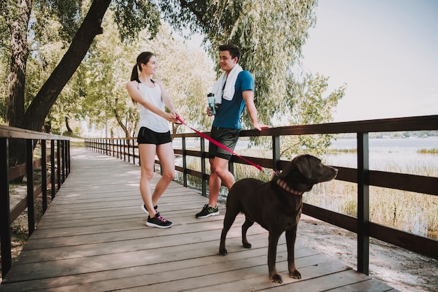 Para sportowców biegnie w green park