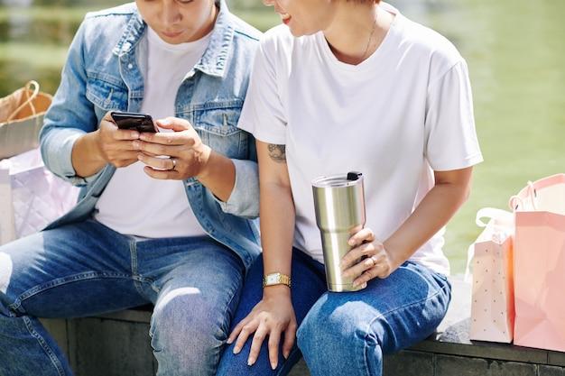 Para sprawdza powiadomienia ze smartfona