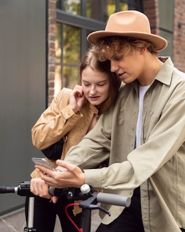 Para sprawdza smartfon na skuterach elektrycznych