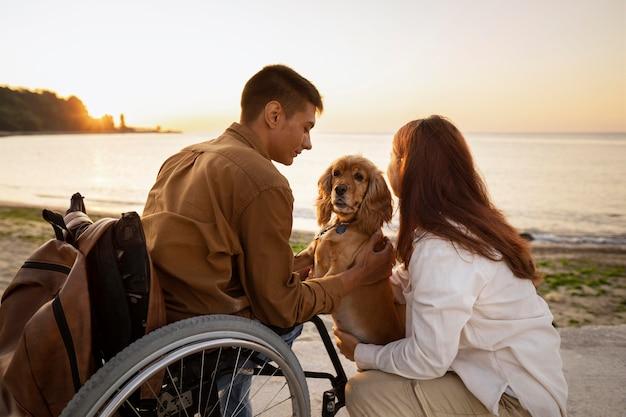 Para średniego strzału podróżująca z psem
