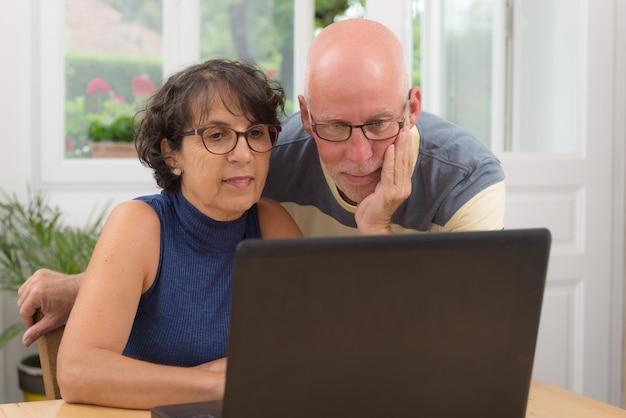 Para starszy zakup z internetem