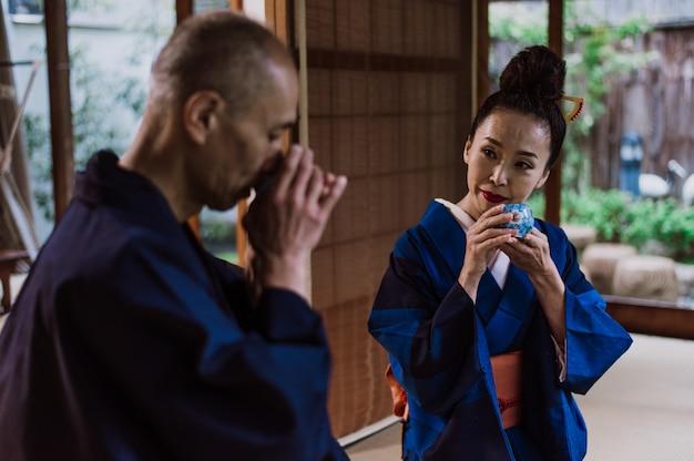 Para starszych chwil życia w tradycyjnym japońskim domu