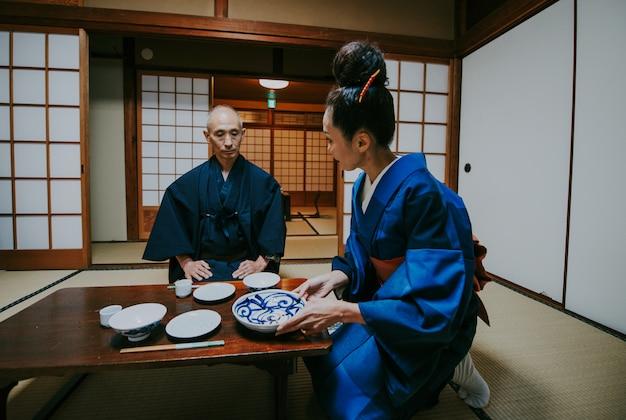 Para starszych japońskich chwil w tradycyjnym domu