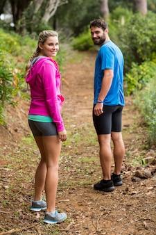 Para stojący w lesie