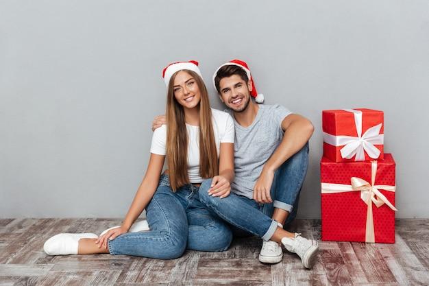 Para świąteczna z prezentami