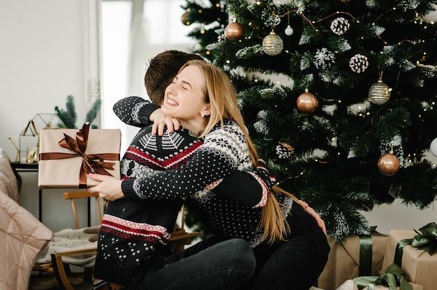 Para świętująca wspólnie boże narodzenie w domu wesołych świąt i szczęśliwego nowego roku 2022