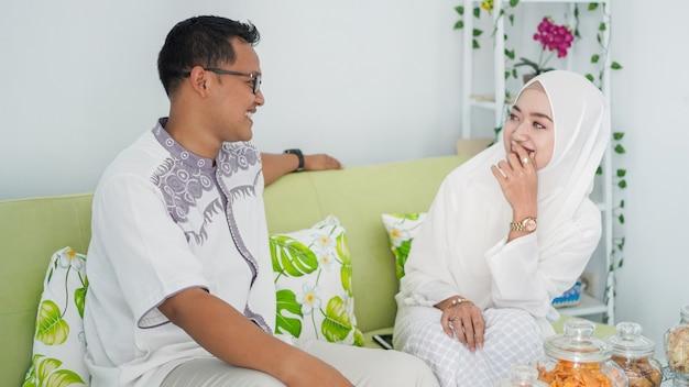 Para świętuje razem eid, ciesząc się
