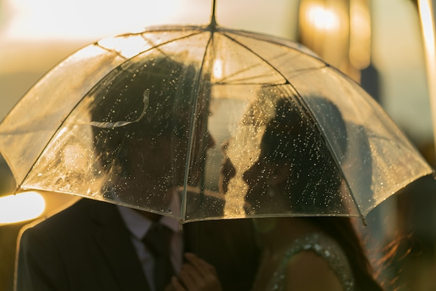 Para sylwetka prewedding pod parasolem