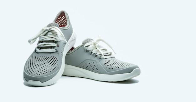 Para szarych butów. wygodne buty z porami.