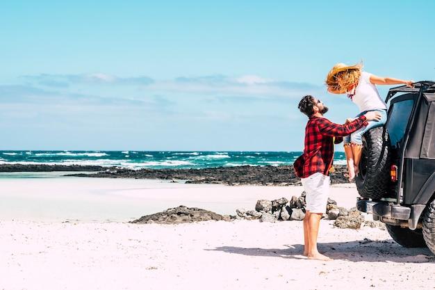 Para szczęśliwych ludzi na letnie wakacje