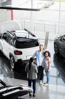 Para szuka nowego samochodu w salonie
