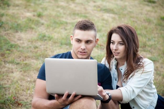 Para szuka w laptopie