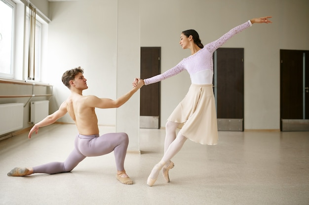 Para tancerzy baletowych w akcji