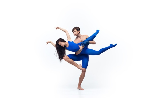 Para tancerzy w niebieskich ubraniach tańczących w studio