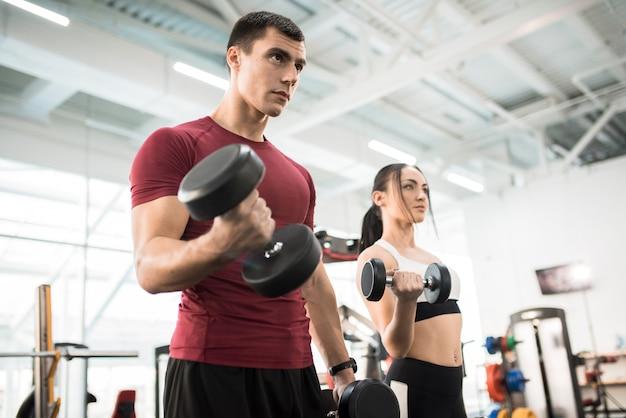 Para treningu z ciężarami w siłowni