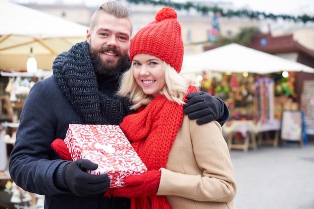 Para trzyma duży prezent