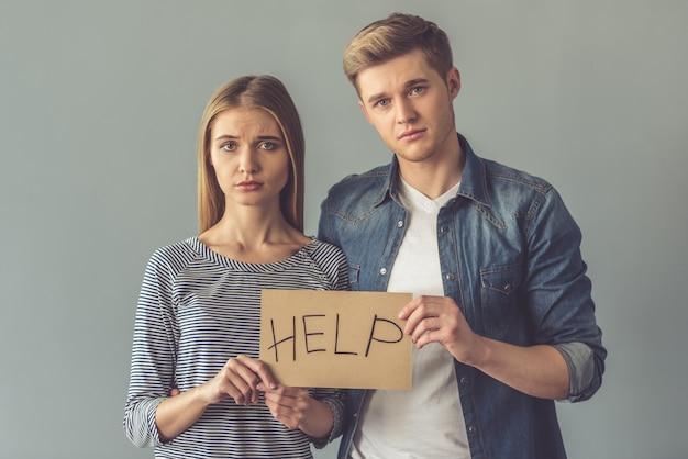 Para trzyma kartonową pastylkę z słowem