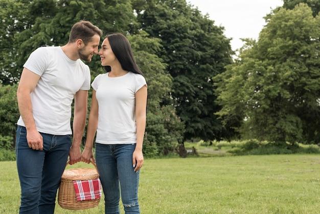 Para trzyma kosz piknikowy
