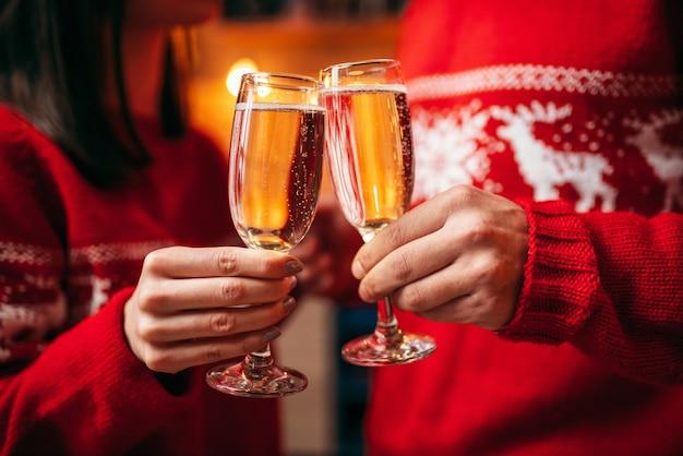 Para trzyma okulary z szampanem, boże narodzenie