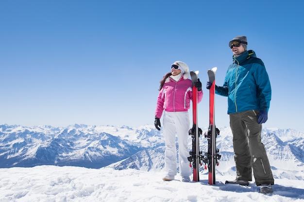 Para trzymając narty