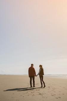Para trzymając się za ręce na beack